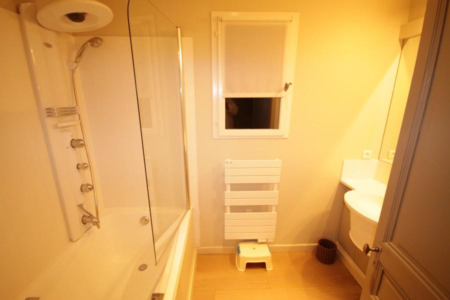 Salle de bain étage 1 bain 1 lavabos 1 WC