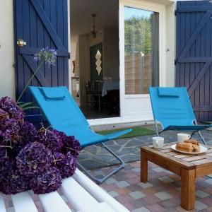 Terrasse avant pour se détendre après la plage ou la balade autour d'un petit goûter