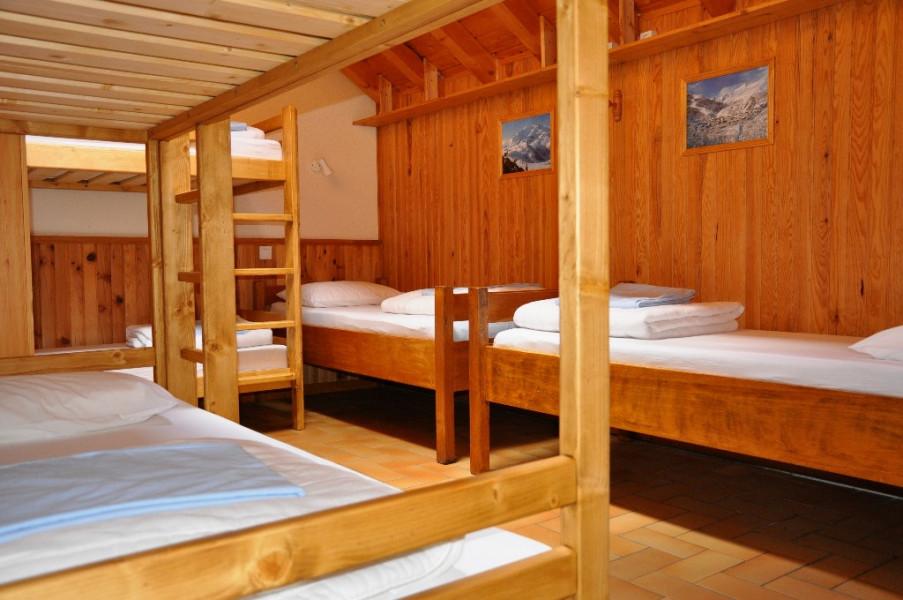 Chambre 4    4lits superposés 2lits simples douche et lavabo