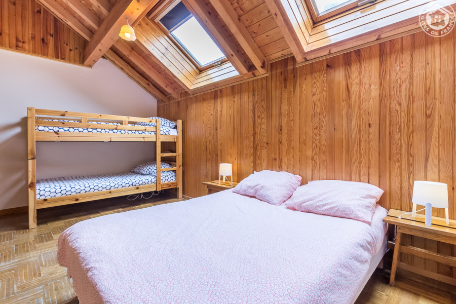 Chambre B 1 lit simple,2 lits superposés, 1 douche et lavabo