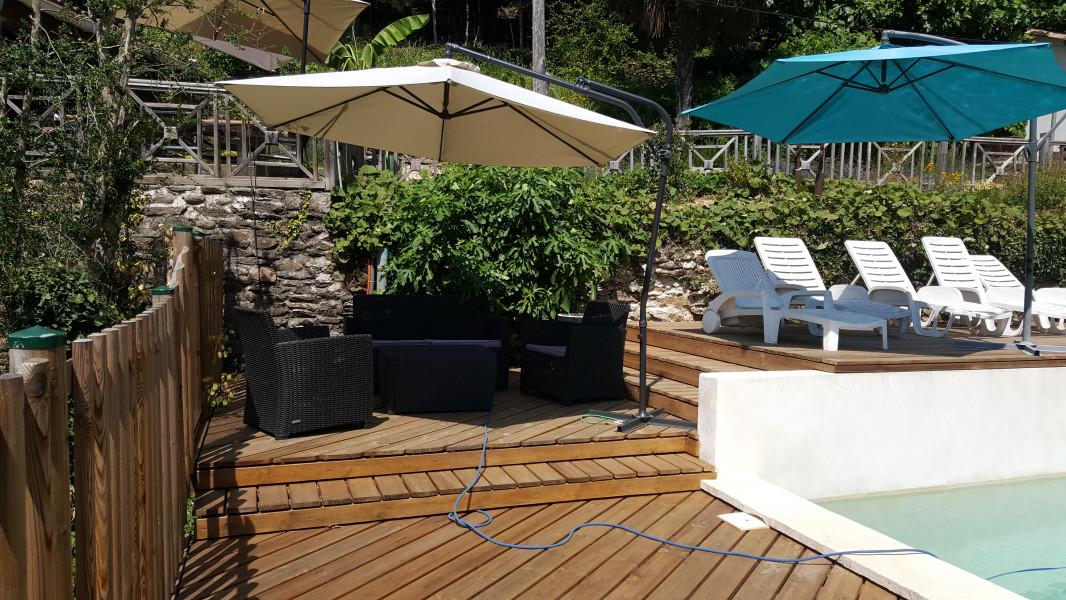 salon de jardin au bord de la piscine