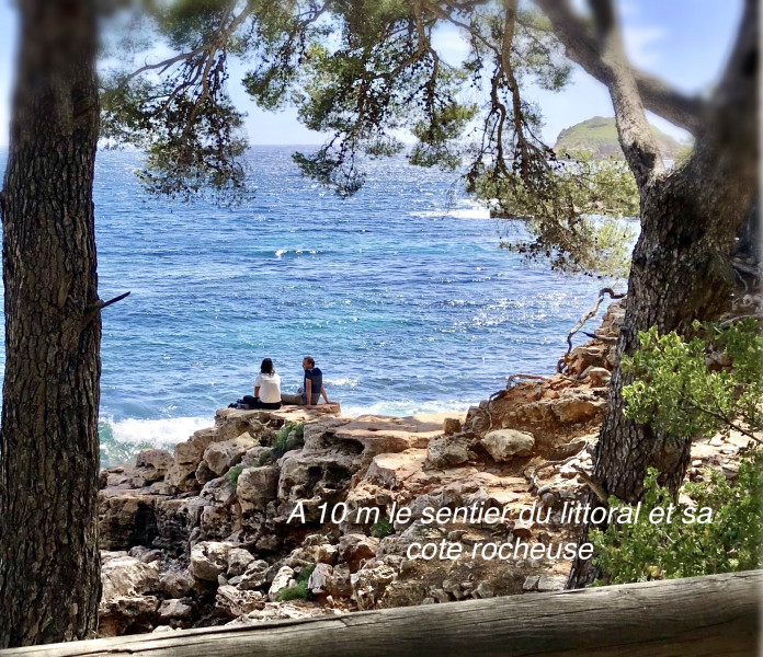 A 10 m le sentier du littoral et sa cote rocheuse