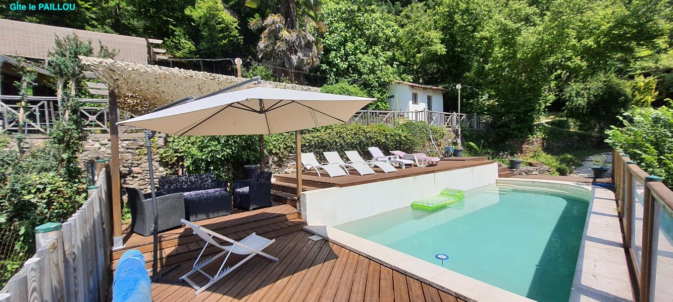 salon détente au bord de la piscine